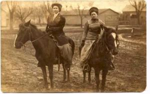 Women riding horses in 1910