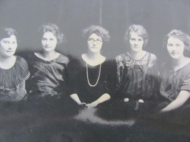 Voorus sisters of Pennsylvania with Dorothy on left, namesake of Dorothy Hogg Moore