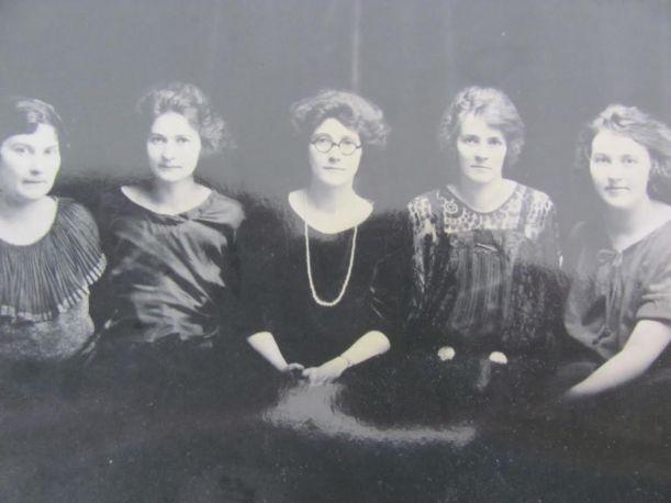 Voorus sisters of Pennsylvania with Dorothy on left, namesake of Dorothy Hogg Moore